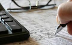 Как рассчитать авансы по прибыли, отразить их в декларации, если в течение года налогооблагаемая прибыль уменьшилась?  Разъяснение дает письмо ФНС России № ЕД-4-3/4320 от 14 марта 2013 г.  Авансовые платежи перечисляются в бюджет на основании п. 2 статьи 286 НК РФ. Срок уплаты авансов по прибыли – ежемесячно до 28 числа включительно (п1. статьи 287 НК РФ). Если вы задержали платеж, налоговики насчитают вам пени (ст. 75 НК).  Для примера,  за I квартал компания  уплачивает такую же сумму, какую платила и за IV квартал прошлого года. Сумма ежемесячного аванса во II квартале  считается путем перемножения прибыли по итогам I квартала и налоговой ставки.  Рассмотрим вышесказанное на примере.   Компания в I квартале (это три месяца - январь, февраль, март) перечислила в бюджет три ежемесячных платежа в общей сумме  50 000 руб. Во II квартале (апрель, май, июнь) организация получила прибыль  в размере — 250 000 руб.   Считаем авансовый платеж по прибыли по итогам I квартала:   250 000 * 20% = 50 000 руб.   Тогда сумма авансовых платежей за шесть месяцев будет равна  50 000+ 50 000 = 100 000 руб.  Эта цифра указывается в строке 210 листа 02 декларации по прибыли за полугодие.  Допустим, за полугодие размер прибыли составил 375 000 руб.Тогда  авансовый платеж по прибыли за полугодие, составит  375 000 * 20%  = 75 000 руб. Эта цифра отражается в строке 180 листа 02 декларации.  Сравниваем аванс, рассчитанный за полугодие, с фактическими перечислениями за этот период  75 000 – 100 000 = 25 000руб.    Получилась переплата 25 000 рублей. Эта сумма отражается в листе 02 декларации по строкам 280 и 281.   Как рассчитать размер ежемесячных авансов на III квартал?   В этом случае берем разницу между авансами по результатам полугодия и первого квартала.  75 000 - 50 000 = 25 000рублей.  Следовательно, в III квартале нужно заплатить 25 000 руб.  Таким образом, авансы по прибыли считаются на основании письма ФНС России № ЕД-4-3/4320 от 14 марта 2013, перечисления  делаются в соответств