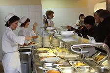 Оплата питания работников: НДФЛ, расходы, организация питания при вахтовом методе.